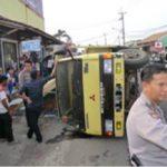 Truk Bermuatan Kaca Terbalik di Jombang