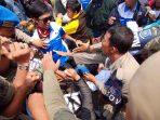 Aksi Warga Tolak Pengesahan Perda Perubahan Desa