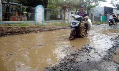 Jalan Rusak Desa Lembang Sari