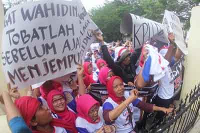Aksi Demo Massa Pendukung Arief di KPU Banten