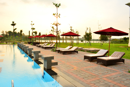 sun lounge kolam renang