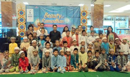 Ratusan anak yatim foto bersama.(bud)