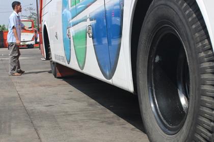 Petugas mengecek fisik bus.(fit)