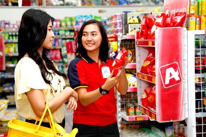Petugas Alfamart menjelaskan soal produk.(ist)