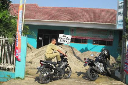Pegawai kelurahan berusaha memarkir sepeda motornya.(one)