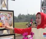 Walikota Tangsel Airin Rachmi Diany saat meninjau pameran foto.(one)