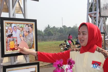 Walikota Tangsel saat meninjau pameran foto.(one)
