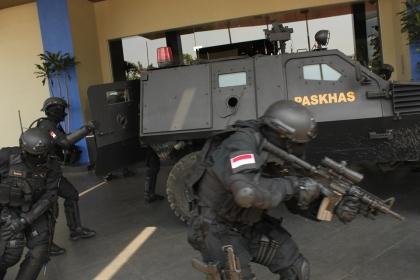 Pengamanan dalam simulasi anti teroris di Atria Hotel.(kie)