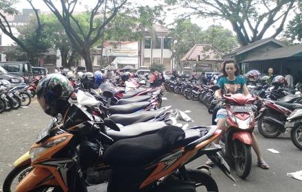 Ratusan sepeda motor parkir di area parkir Samsat BSD.(one)