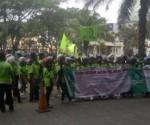 Demo ratusan karyawan Dunia Bangunan di BSD Junction.(ham)