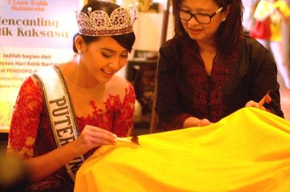 Puteri Indonesia 2014, Elvira Devinamira saat membatik di Liwo.(bud)