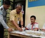 Pegawai Dishub saat memberikan sample urine ke petugas BNNK Tangsel.(one)