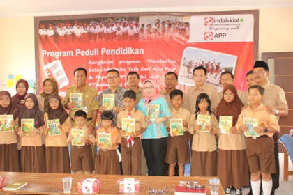 Foto bersama usai pembagian buku tulis oleh PT IKPP.(kie)