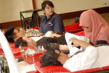 Pegawai Aryaduta Hotel donorkan darah.(bud)