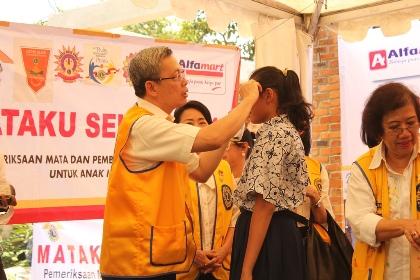 Pembagian kacamata gratis di Lengkong Wetan, Serpong Utara.(kie)
