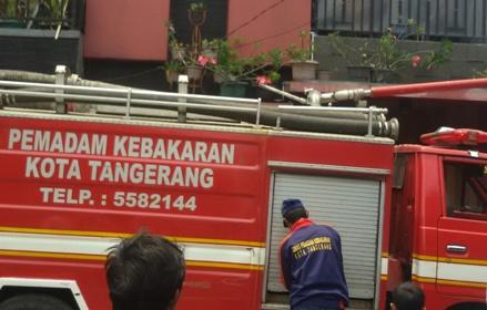 Petugas memadamkan api di Perum Cileduk Indah.(er)
