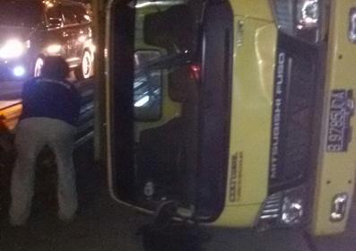 Truk terguling di Jalan KH Hasyim Asyari.(er)