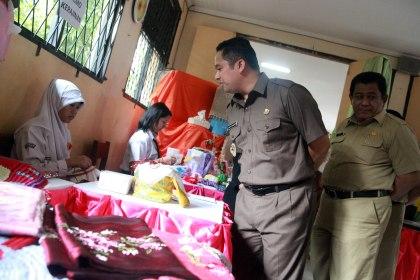 Walikota mengamati hasil karya siswa SMK.(hms)