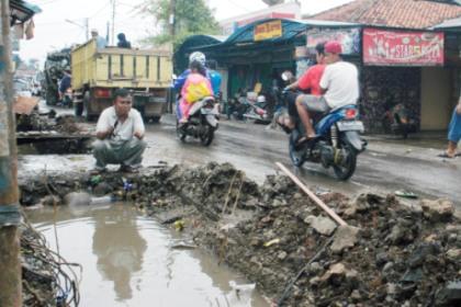 Warga mancing di drainase mangkrak.(one)