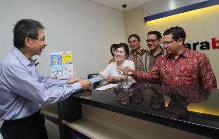 Pelayanan perdana Bank Mutiara KCP Serpong.(man)