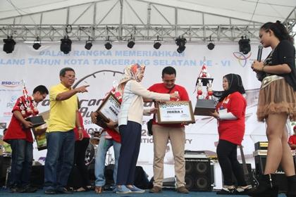 Walikota memberikan hadiah kepada juara Rally Wisata.(man)
