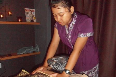 Terapis saat melakukan massage Terapi Jemari Exotic.(man)