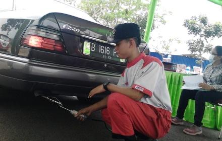 Petugas mengecek emisi kendaraan di Bintaro.(one)