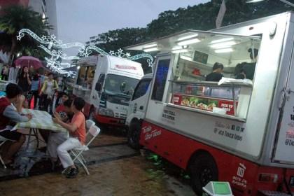 Menikmati makanan di Food Truck Living World.(bud)