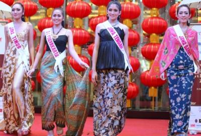 Finalis Puteri Indonesia saat peragaan busana.(bud)