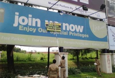 Petugas menyegel reklame di Alam Sutera.(one)