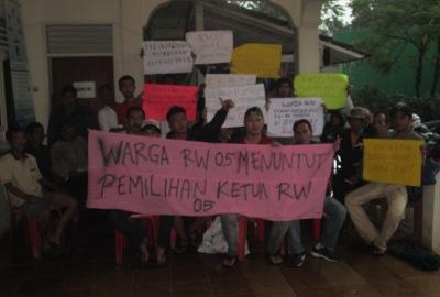 Warga demo di kantor Lurah Serua Indah.(hen)