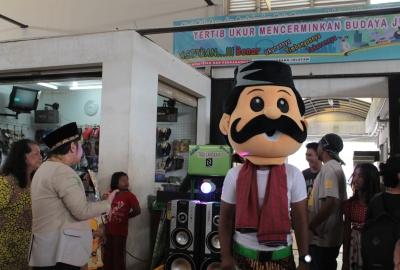 Ikon Pasar 8 Alam Sutera, Pak Lapan menghibur pengunjung pasar.(man)