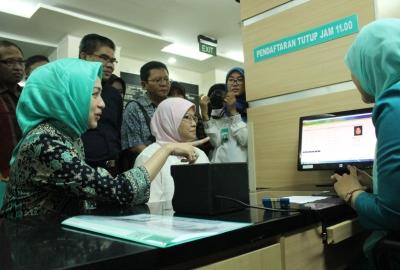 Walikota Tangsel saat mencoba sistem e-KTP di RSU.(one)