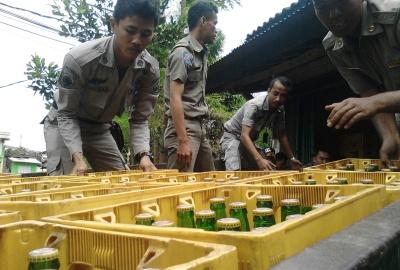 Petugas mengangkut miras dari toko milik Winata di Jelupang.(one)