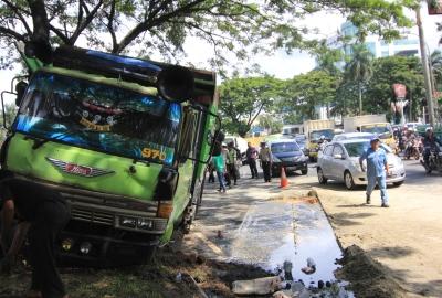 Truk yang terguling di Jalan Raya Serpong.(one)