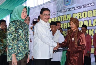 Menteri Agraria dan Walikota Tangsel membagikan sertifikat lahan secara simbolis.(man)