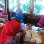 Ibu-ibu Belajar Menyulam Di-Hari Kartini