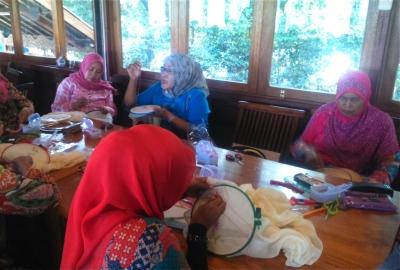 Kaum ibu di Tangsel saat diajari menyulam.(kie)