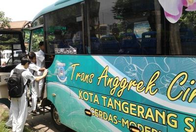 Sejumlah pelajar menaiki armada Trans Anggrek.(one)
