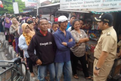 Walikota menyapa warga penerima bantuan PSKS.(hms)