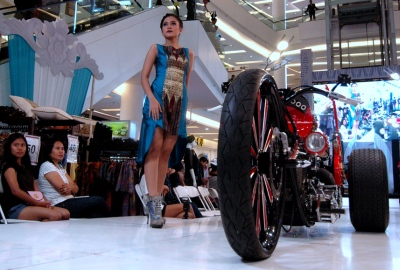Model menampilkan busana batik dalam Batik Fashion Rock Show di Living World.(bud)