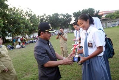 Sachrudin memberikan penghargaan bagi atlet pelajar.(hms)