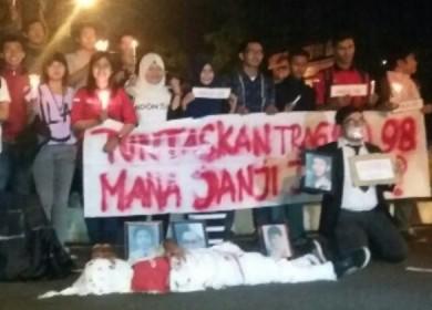 Mahasiswa Tangerang unjukrasa peringati Tragedi Trisakti.(nai)