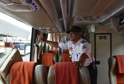 Kabid Angkutan mengecek kotak obat di dalam bus.(ymw)