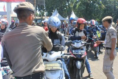 Warga diperiksa kartu identitas dalam OYK di Ciputat.(one)