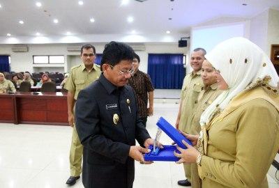 Wakil Walikota memberikan penghargaan.(hms)