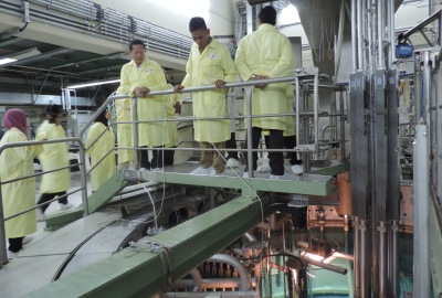 Pengunjung mengamati kolam reaktor di BATAN.(ist)
