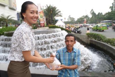 Pegawai Novotel Tangerang saat membagikan takjil. (kan)
