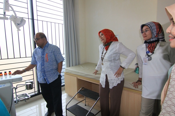Ketua IDI Tangsel, dr Imbar saat mengecek fasilitas di RSU Tangsel. (kie)