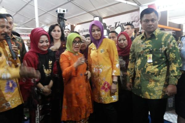 Mufidah Jusuf Kalla (orange) berkeliling melihat pameran di Harganas. (kan)